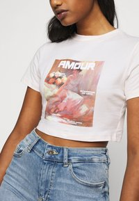 Missguided Petite - AMOUR GRAPHIC FITTED CROP  - Triko spotiskem - pink - 3