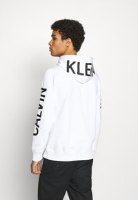Calvin Klein Jeans - BOLD LOGO HOODIE - Felpa con cappuccio - bright white - 2