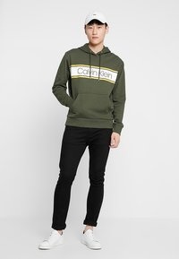 Calvin Klein - TEXT STRIPE LOGO HOODIE - Hoodie - green - 1