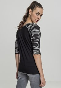 Urban Classics - Print T-shirt - black/light grey - 3