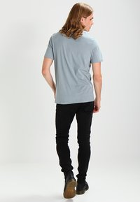 AllSaints - BRACE TONIC CREW - Basic T-shirt - chrome blue - 2