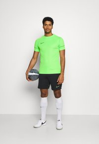 Nike Performance - ACADEMY 21 - T-shirt print - green strike/black - 1