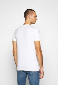 Calvin Klein Jeans - SMALL CENTER BOX TEE - Print T-shirt - bright white - 2