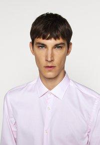 HUGO - KOEY - Zakelijk overhemd - bright pink - 3