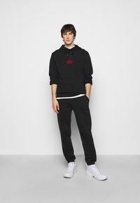 Han Kjøbenhavn - CASUAL HOODIE - Sweatshirt - faded black/red - 1