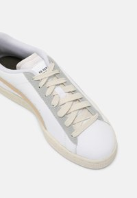 Puma - BASKET CLASSIC XXI V2 RE.GEN UNISEX - Trainers - white/pebble - 8