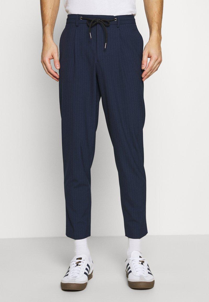 Selected Homme - SLHSLIMTAPE MADLEN PIN PANTS - Kangashousut - dark blue