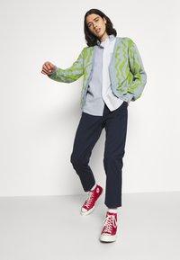 Edwin - UNIVERSE PANT CROPPED - Pantalon classique - navy blazer - 3