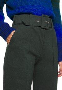 Victoria Victoria Beckham - BELTED TROUSER - Spodnie materiałowe - ivy green - 4