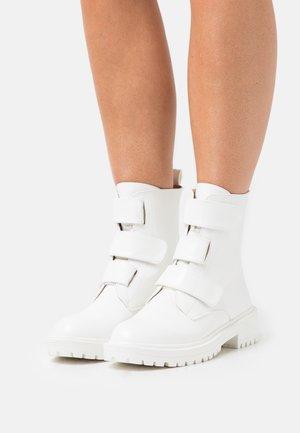 STANLEY - Kotníkové boty - white