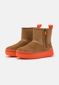 UGG - CLASSIC TECH MINI - Snowboots  - chestnut - 2