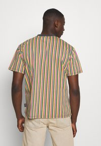 Kickers Classics - VERTICAL STRIPE TEE - T-shirt z nadrukiem - yellow/green/pink - 2