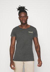 Tigha - VINTAGE EAGLE WREN - Print T-shirt - vintage stone grey - 0