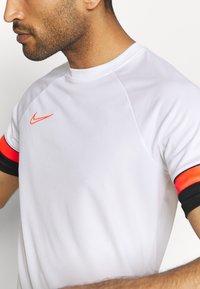 Nike Performance - T-shirt z nadrukiem - white/black/bright crimson - 4