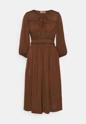 MIDI LENGTH DRESS WITH RUFFLE DETAILS - Denní šaty - brown