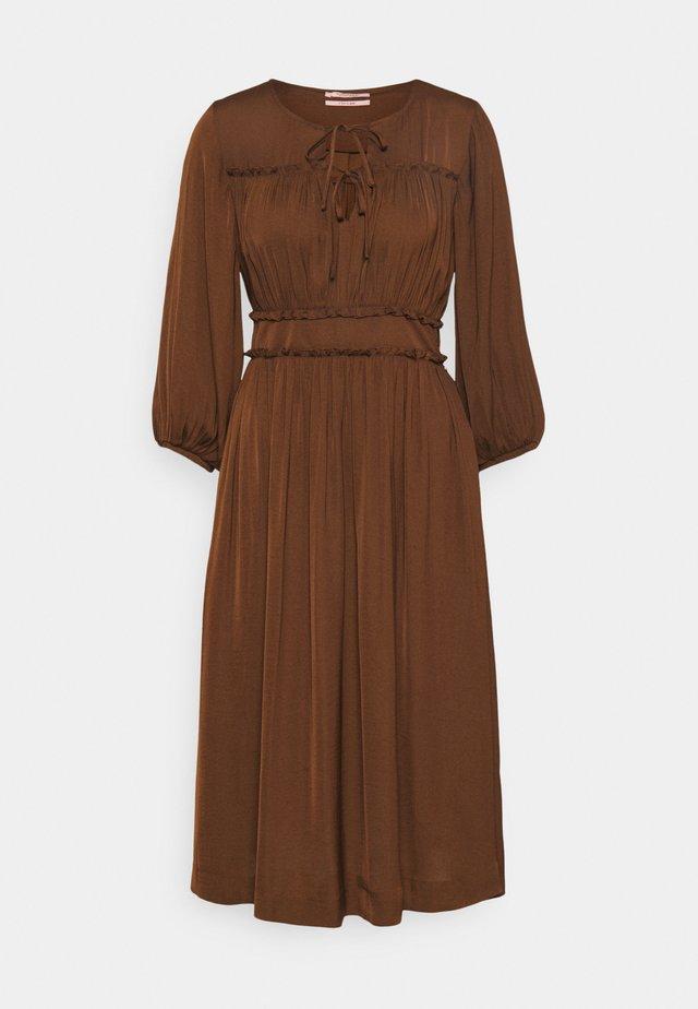 MIDI LENGTH DRESS WITH RUFFLE DETAILS - Vestito estivo - brown