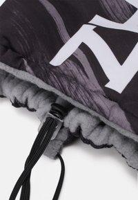 Nike Performance - NECKWARMER REVERSIBLE UNISEX - Hals- og hodeplagg - particle grey/black/white - 2