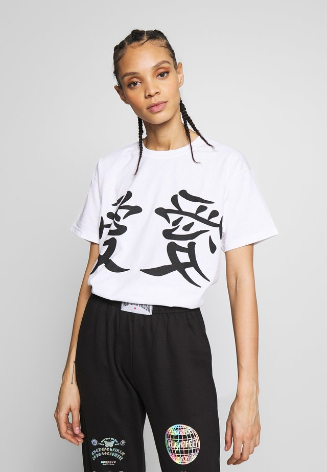 LUCKY DRAGON - T-shirt z nadrukiem - white