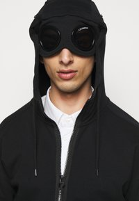 C.P. Company - HOODED OPEN - veste en sweat zippée - black - 3