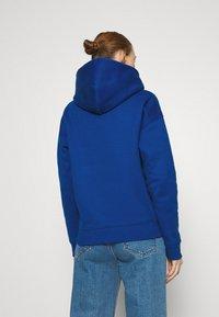 Tommy Jeans - BADGE HOODIE - Bluza z kapturem - providence blue - 2