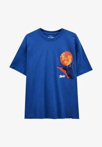 PULL&BEAR - MIT KUGEL UND WÄRMEKARTE - Print T-shirt - blue - 5
