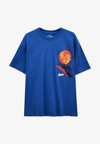 MIT KUGEL UND WÄRMEKARTE - Print T-shirt - blue