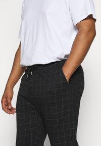 Jack´s Sportswear - CLUB PANTS ELASTIC WAIST - Tracksuit bottoms - black - 4