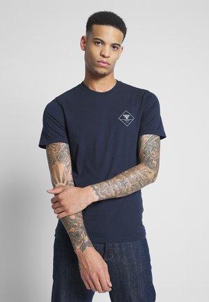 BOX LOGO TEE - T-shirt med print - navy