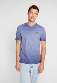 Lyle & Scott - OMBRE T-SHIRT - T-shirt med print - navy - 0