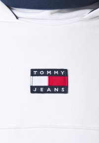 Tommy Jeans - BADGE FUNNEL NECK HOODIE - Sweat à capuche - white - 2