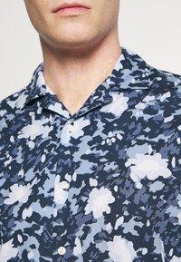 Tommy Hilfiger - FLORAL CAMO SHIRT - Skjorta - dark blue/white - 3