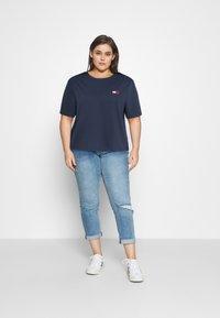 Tommy Jeans Curve - BADGE TEE - T-shirt imprimé - twilight navy - 1