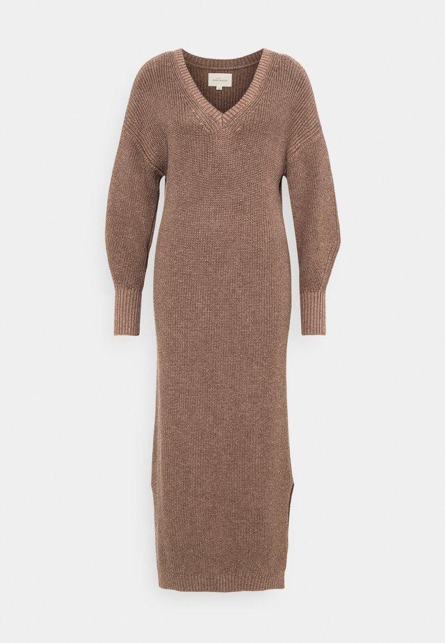 PEYTON - Strikket kjole - brownie