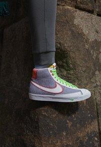 Nike Sportswear - BLAZER MID '77 UNISEX - Baskets montantes - grey/white sport red/electic green - 2