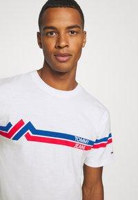 Tommy Jeans - STRIPE MOUNTAIN TEE UNISEX - T-shirt imprimé - white - 4
