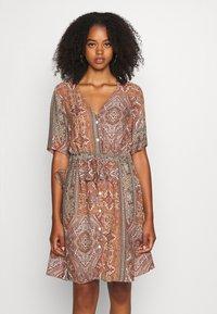 Minimum - SOLALLY DRESS - Vapaa-ajan mekko - picante - 0