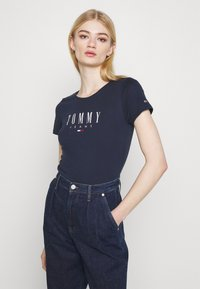 Tommy Jeans - ESSENTIAL LOGO TEE - Camiseta estampada - twilight navy