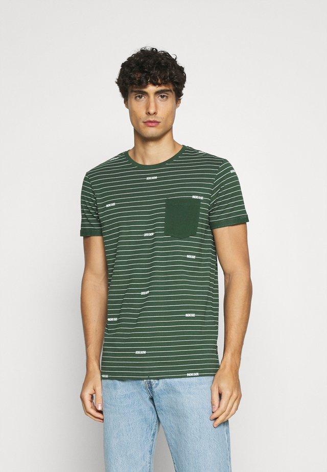 ECKLEY - Print T-shirt - pineneedle