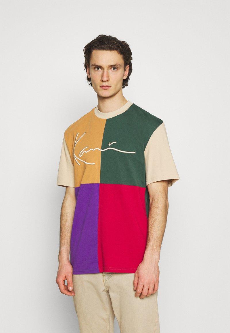 Karl Kani - SIGNATURE BLOCK TEE UNISEX - Print T-shirt - sand