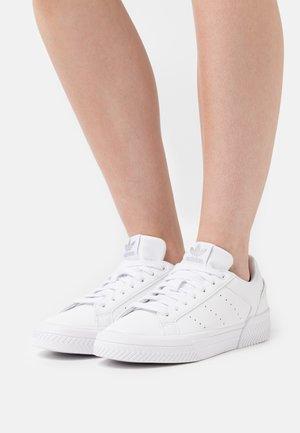 COURT TOURINO  - Sneakersy niskie - footwear white/silver metallic