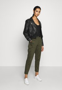 Scotch & Soda - REGULAR FIT WITH STITCHED PLEAT - Chinot - military - 1