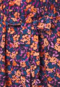 PIECES Tall - PCLUBBIE V-NECK MIDI DRESS - Print T-shirt - sky captain - 2