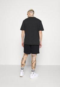 adidas Originals - PREMIUM UNISEX - Shortsit - black - 2