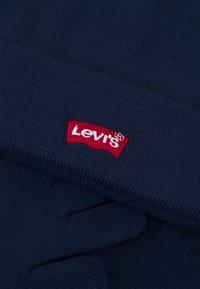 Levi's® - CORE BATWING BEANIE GLOVE SET UNISEX - Gloves - dress blues - 3