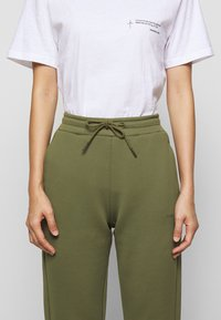 Holzweiler - GABBY TROUSER - Tracksuit bottoms - army - 5