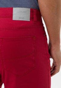 BRAX - STYLE CADIZ - Slim fit jeans - cherry - 4