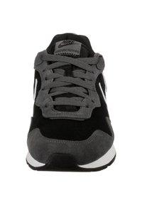 Nike Sportswear - VENTURE - Trainers - black/iron grey/flash crimson - 5