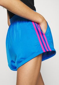 adidas Originals - ADICOLOR SLIM - Szorty - blue/shock pink - 3