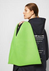 MM6 Maison Margiela - JAPANESE BAG CLASSIC - Bolso shopping - acid green - 3