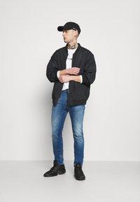 Tommy Jeans - SIMON SKNY - Jeans Skinny Fit - dynamic jacob mid blue - 1